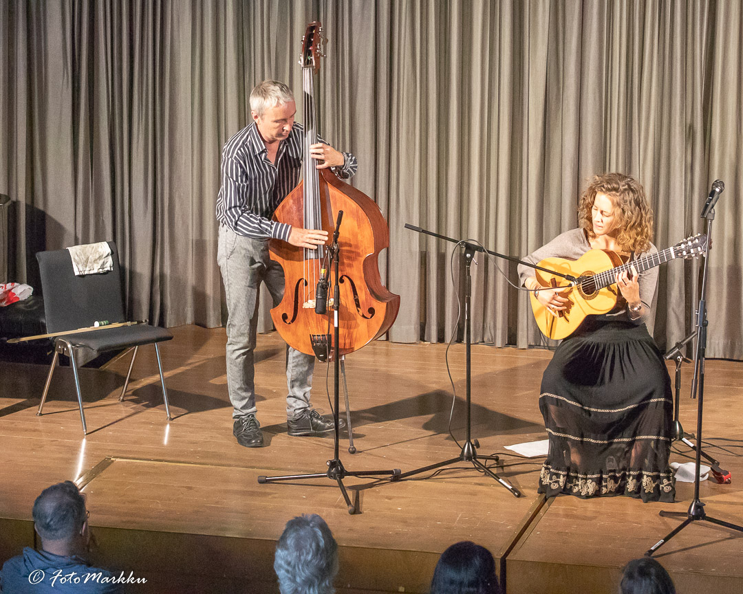 Afra Rubino, kitara ja Peter Janson, kontrabasso soittavat flamencoa.