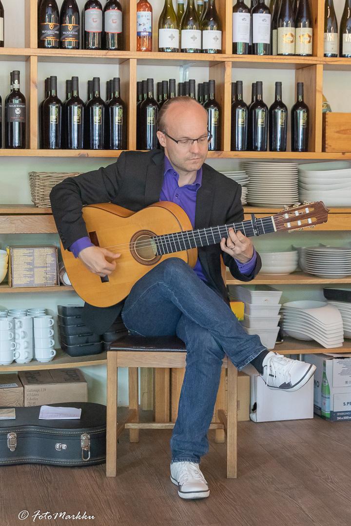Toni Jokiniitty soittaa kitaraa ravintola Piemontessa.