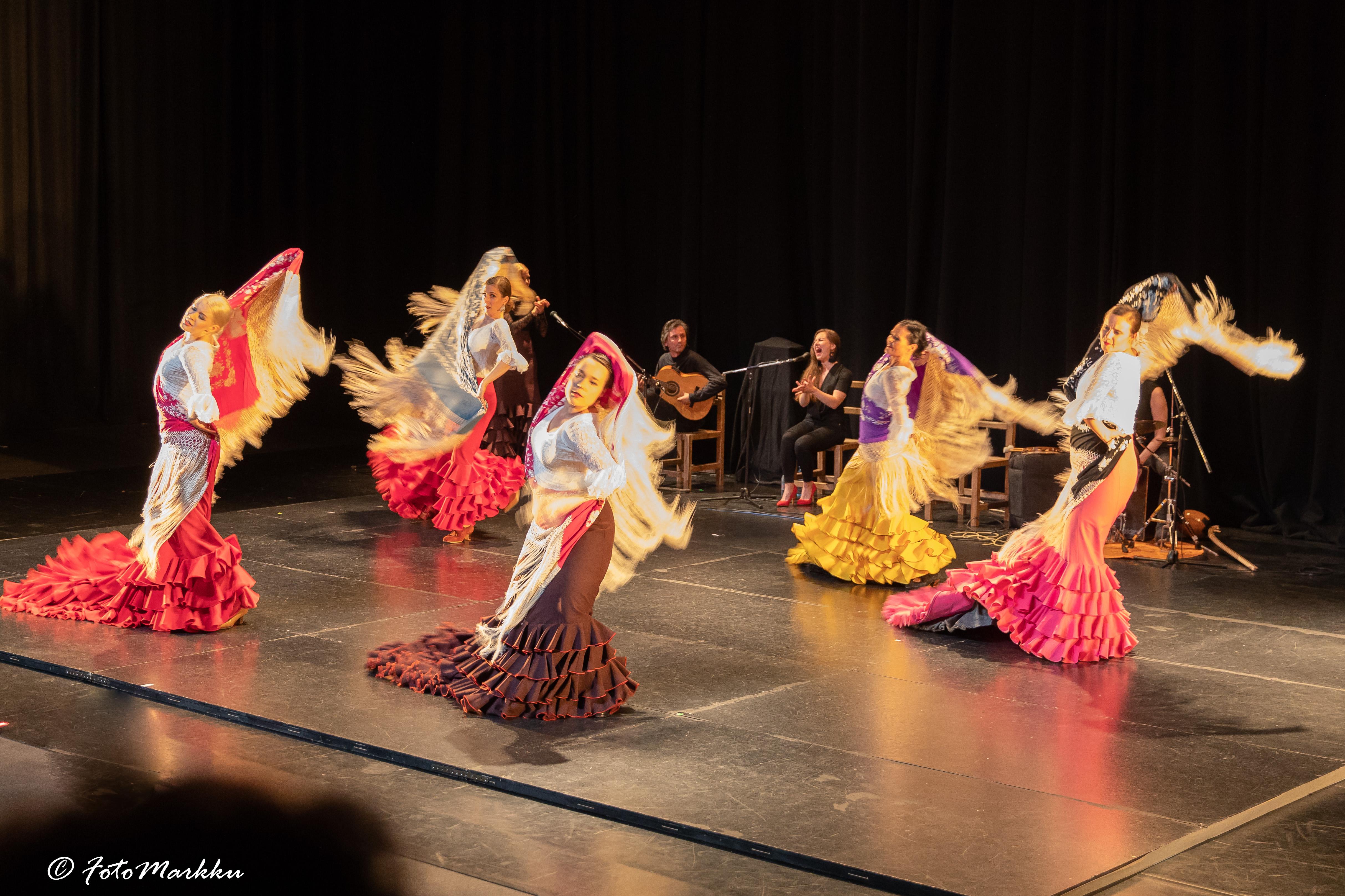 Tanssijoita bata de cola -laahushameiden ja huivien kanssa.
