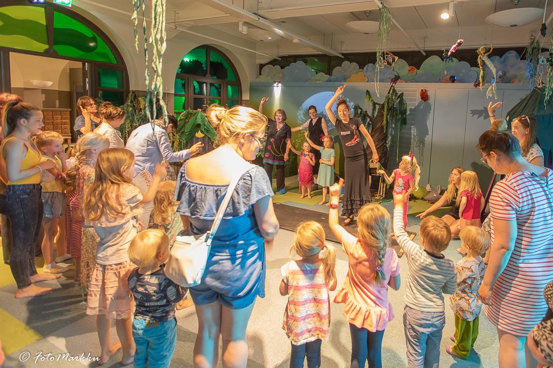 Lapsia ja aikuisia katsomassa lasten flamencoesitystä.